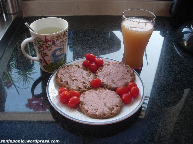 Breakfast: Swedish crispbread with liver pate and cherry tomatoes, apple juice and a cup of green tea